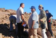 Échange entre un chercheur marocain, un chercheur français et un habitant, site d'Azrou Klane ©Gwenola Graff 2013