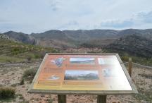 Vue sur Molinos et panneau d'interprétation géologique ©Geopark-H2020