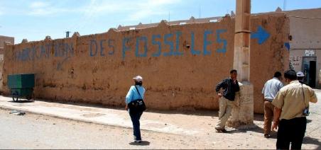 """Photo 3- Le mur de ce centre artisanal annonce clairement ce qu'ils font : """"fabrication des fossiles"""" On ne peut leur reprocher de vendre """"des faux"""", c'est écrit ! (Erfoud, Sud marocain). Photo P. De Wever"""