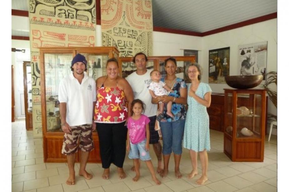 Visite familiale et amicale dans la salle patrimoniale de Hatiheu ©Pierre Ottino