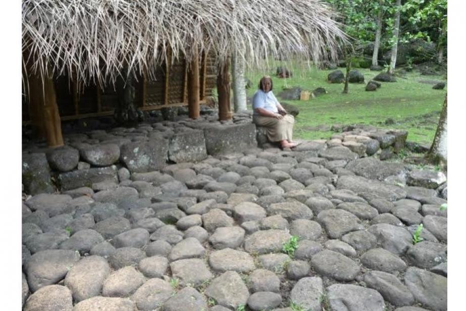 Yvonne Katupa, maire déléguée de Hatiheu et de la côte nord de Nuku Hiva, sur une structure restaurée ©Pierre Ottino