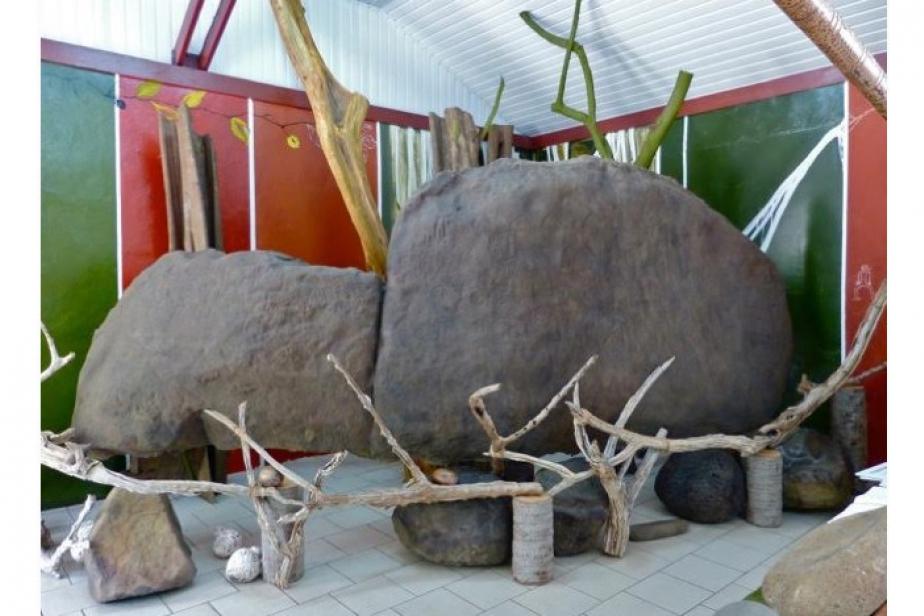 Moulage du grand rocher à pétroglyphes de Teiipoka, à Hatiheu, exposé dans la salle patrimoniale de Hatiheu ©Pierre Ottino