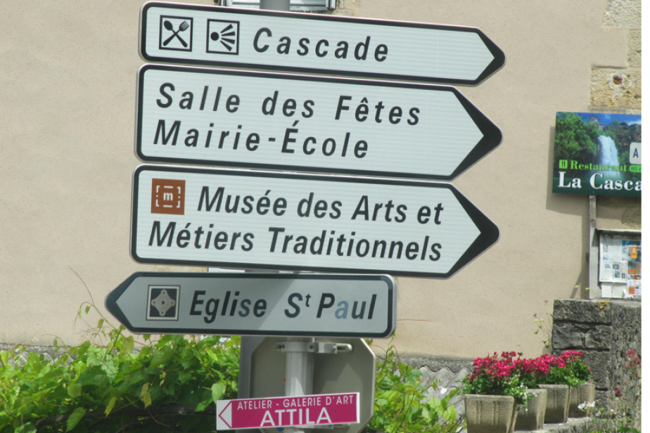6 - Photographie de panneaux de signalisation routière dans l'Aveyron (France), 2014, ©Fabien Van Geert